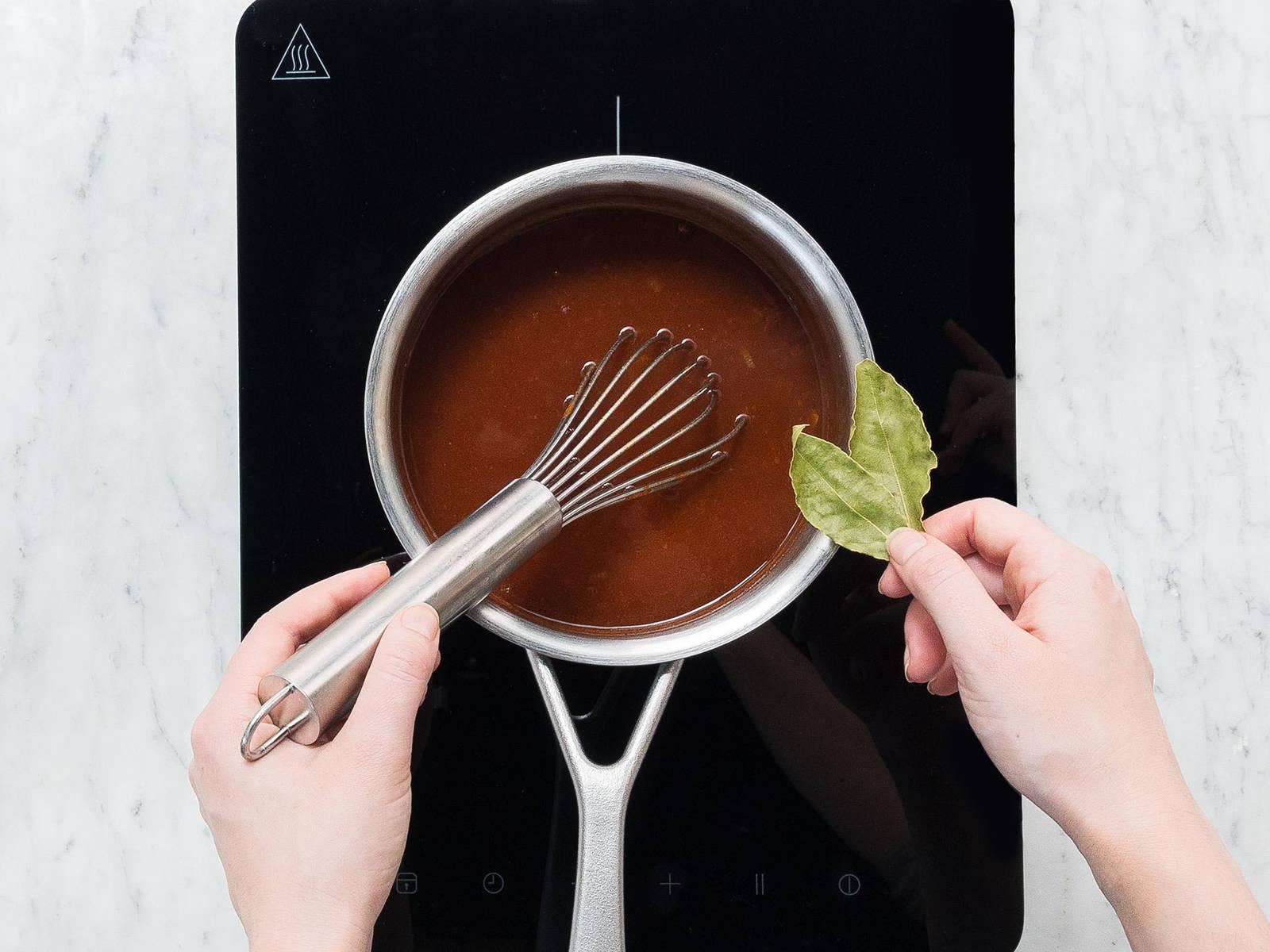 等待时准备酱料:将剩余的洋葱削皮切丁。在平底锅中热油,翻炒洋葱4-5分钟。倒入剩余的番茄酱和面粉,煎3-4分钟,直至混合物颜色变深,且稍微变棕。倒入蔬菜高汤、红酒、酱油,放月桂叶和丁香。煮沸后调至中小火,煮15分钟。撒盐与胡椒调味。将酱汁保温至坚果烤肉做好,然后取出其中的月桂叶和丁香。将烤肉搭配酱汁和土豆泥享用。饰以欧芹。祝好胃口!