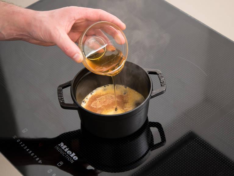 与此同时,将血橙汁、蜂蜜和酱油倒入一个锅中,中高火加热。撒盐与胡椒调味。煮10分钟,或直至汤汁浓缩成糖浆。