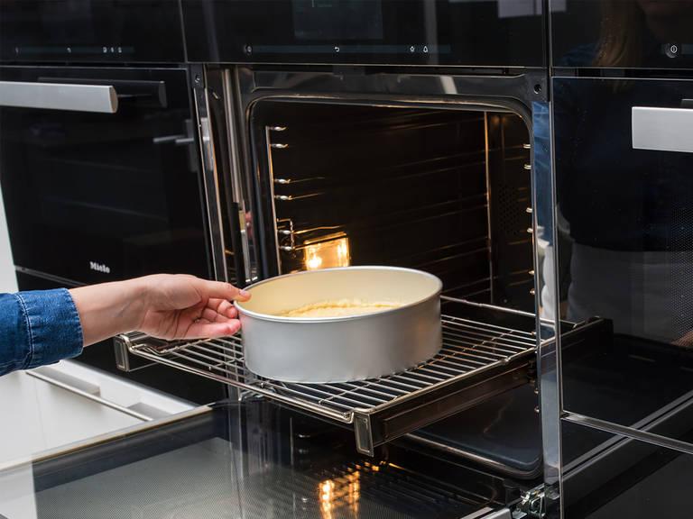 Den Teig über die Blutorangenscheiben geben und bei 175°C ca. 45 - 50 Min. backen. Sobald der Kuchen fertig gebacken ist, aus dem Backofen nehmen und ca. 10 Min. in der Springform abkühlen lassen. Anschließend vorsichtig auf eine Servierplatte stürzen und dabei den Sirup aus der Springform kratzen und den Kuchen damit beträufeln. Mit Schlagsahne servieren und genießen!