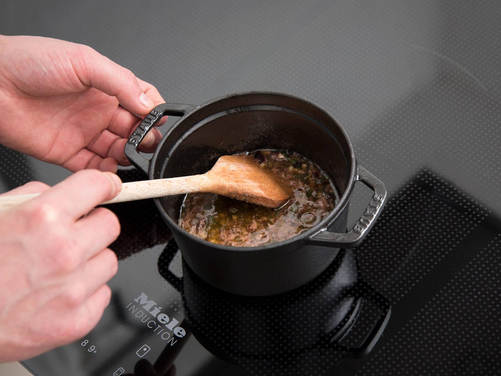 Zwei Drittel der Butter in einem kleinen Topf schmelzen. Blutorangenabrieb und -saft, Cranberrys, gehackte Salbeiblätter und Knoblauch dazugeben. Mit Salz und Pfeffer würzen, vermengen und die Mischung ca. 3 - 4 Min. köcheln lassen. Beiseitestellen.
