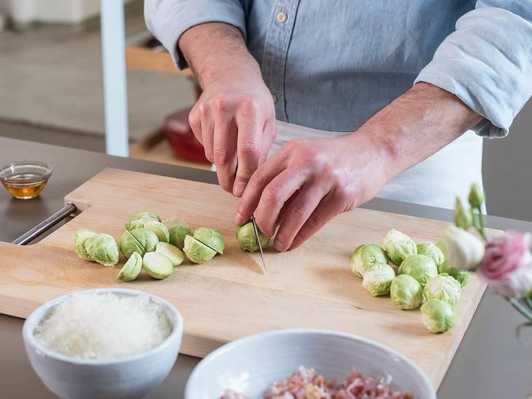 Einen großen Topf mit Salzwasser zum Kochen bringen. Nudeln zugeben und ca. 8 Min. nach Packungsanleitung kochen. Währenddessen Rosenkohl putzen, schälen und halbieren.