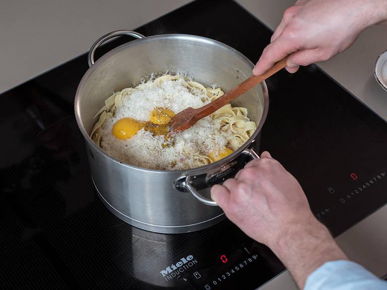 Baconwürfel in den gesäuberten Topf geben und knusprig braten. Parmesan reiben. Anschließend Nudeln, Kochwasser, Parmesan und Eigelbe in den Topf geben, mit Salz und Pfeffer abschmecken und alles gut verrühren. Pasta mit Rosenkohl anrichten und mit Petersilie und Parmesan garnieren. Guten Appetit!