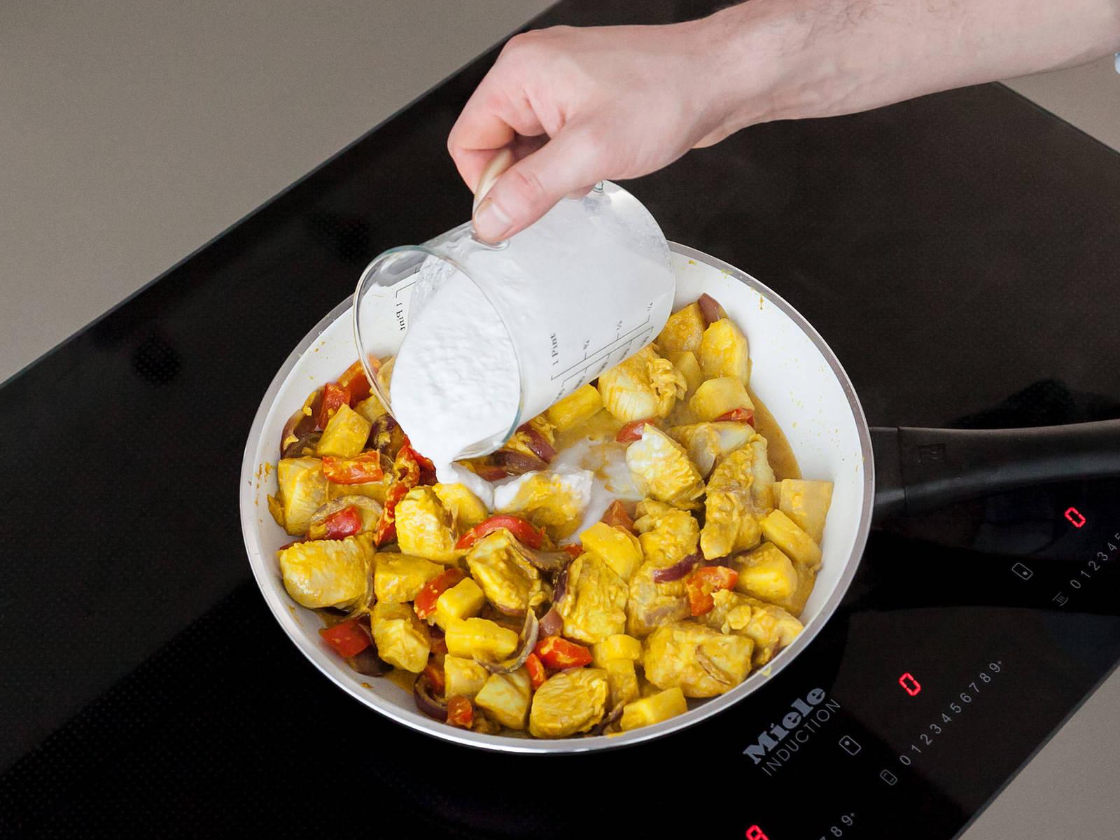 倒入菠萝、椰奶、留出的酱汁和剁碎的腰果,盖上盖子,中低火煮10分钟。不时翻搅。放入盐、辣椒片和青柠汁调味,饰以香菜和炸洋葱。佐以米饭享用,祝好胃口!