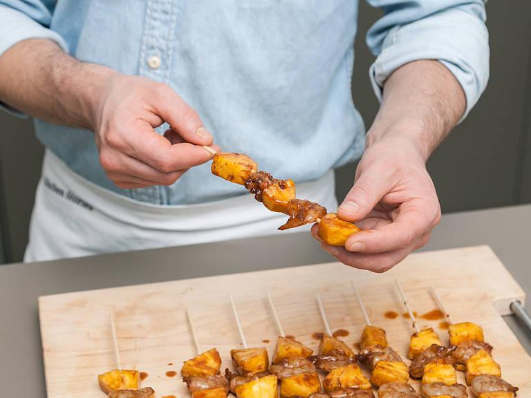 Marinierte Ananas und Garnelen aus dem Kühlschrank nehmen und abwechselnd auf Spieße stecken. Etwas Öl in einer Grillpfanne erhitzen und die Spieße von beiden Seiten ca. 2 - 3 Min. anbraten, bis die Garnelen durch sind. Aus der Pfanne nehmen, mit Salz abschmecken und mit gehackter Petersilie garnieren. Guten Appetit!