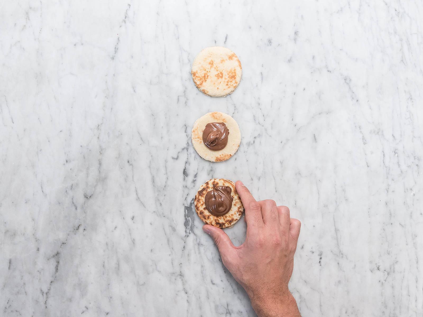 Mehl, Eigelb und Pankobrösel jeweils in eine Schüssel füllen. Die Naan-Schokoladen-Sandwiches erst in Mehl, dann in Eigelb und als letztes in Pankobrösel einlegen, bis alles schön bedeckt ist.