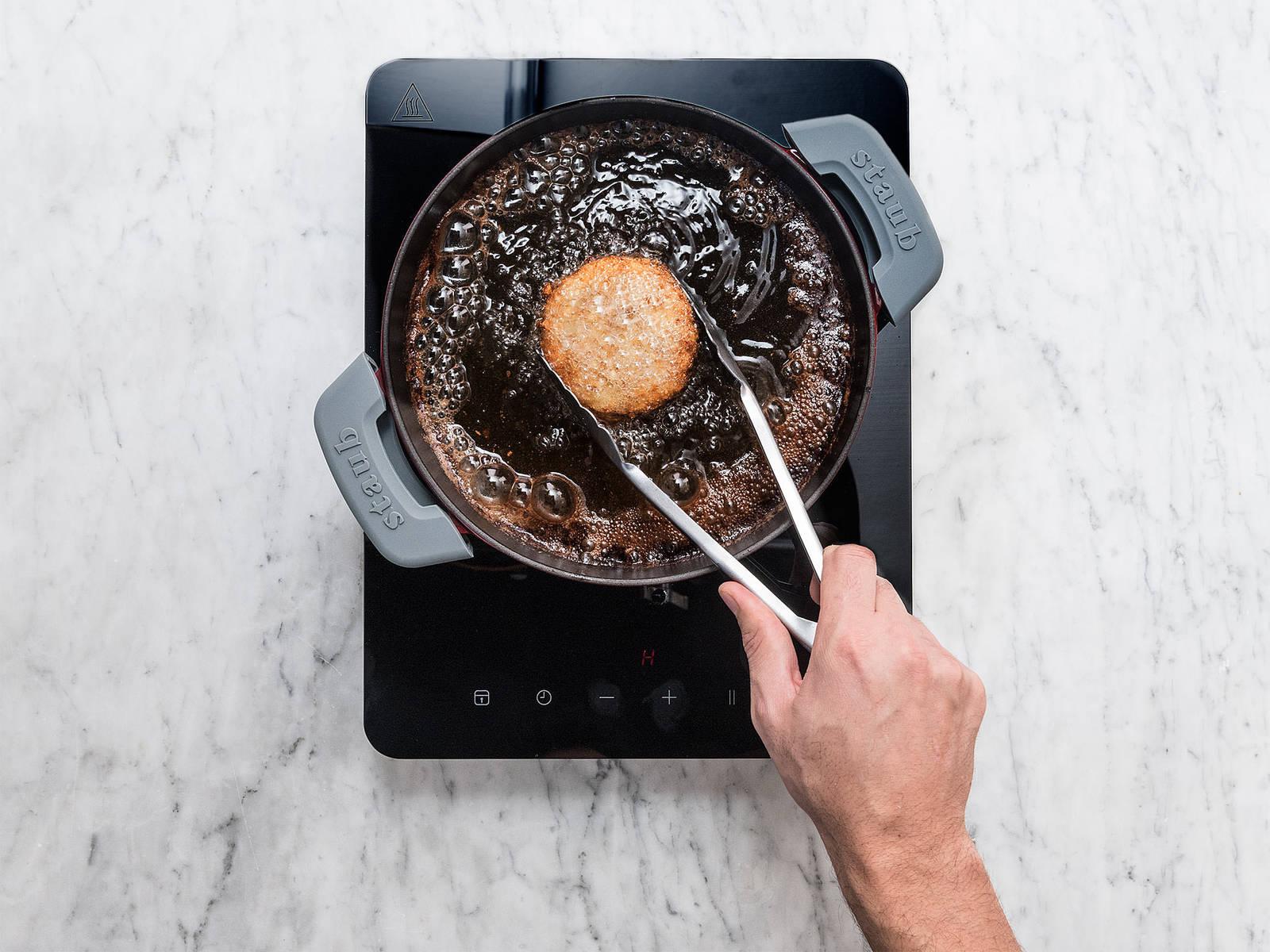 Öl in einem Topf erhitzen und Naan-Schokoladen-Sandwich für ca. 1 Min. bei mittlerer Hitze frittieren, bis es goldbraun und knusprig ist. Mit einer Kugel Eiscreme servieren. Guten Appetit!
