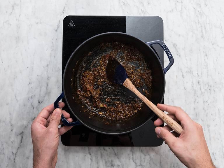 剁碎洋葱、蒜和生姜;剁碎辣椒,樱桃番茄切半。中火加热锅中的澄清黄油,然后放入洋葱、蒜、生姜、辣椒、孜然、什香粉、咖喱粉和甜椒粉,翻炒2分钟。