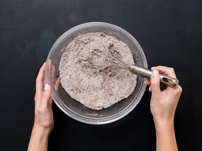 Mehl, Kakaopulver, Backpulver und Salz in eine Schüssel geben und vermengen.