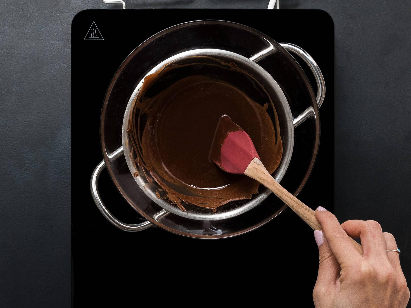 Schokolade in Stücke brechen und über einem Wasserbad schmelzen. Butter zugeben und einrühren.