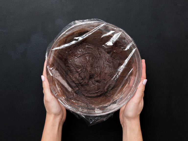 Mit Frischhaltefolie abdecken und für ca. 2 Std. in den Kühlschrank stellen.