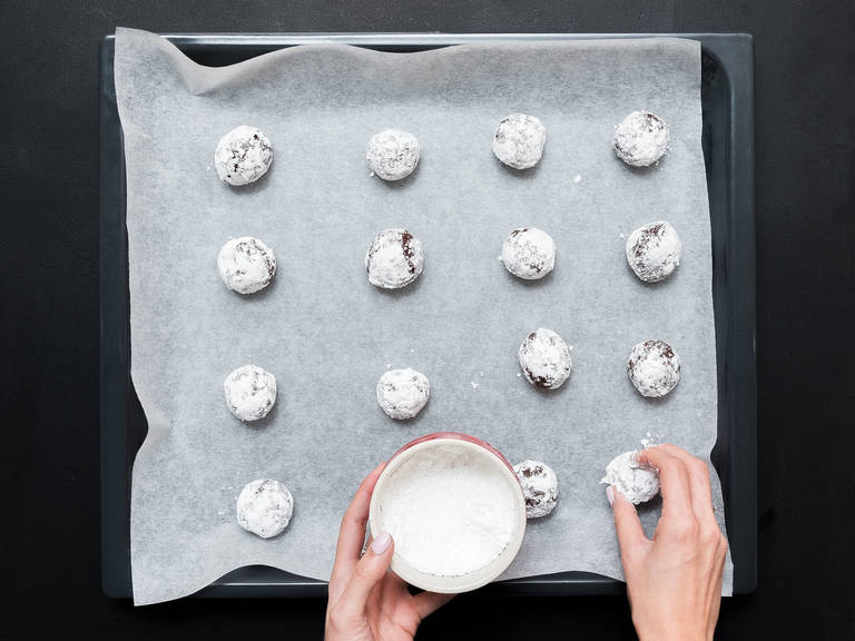Preheat oven to 180°C/ 350°F. Form the dough into walnut-sized balls and roll them in confectioner's sugar. Place them on a baking sheet lined with parchment paper with approx. 3-cm/1.2-inch space in between and bake for approx. 12 min. Enjoy!