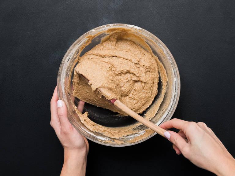 慢慢混合干湿材料,揉成光滑面团。