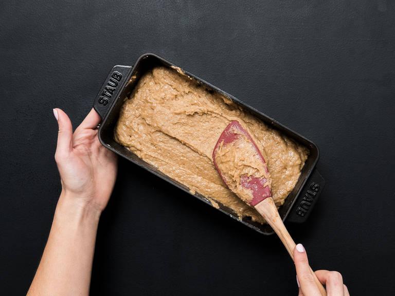 润滑长烤盘,铺上烘焙纸。将面团放到烤盘中,以180℃烤50-60分钟,或到时间后,用牙签插入蛋糕中,再取出时牙签上未粘上痕迹,则说明烤好了。
