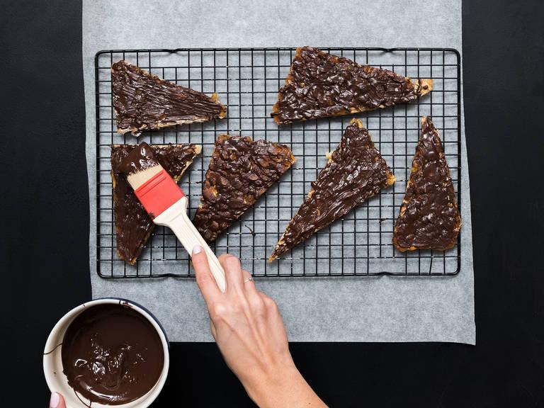 往这些三角形曲奇上刷上融化的巧克力,待其凝固后享用!