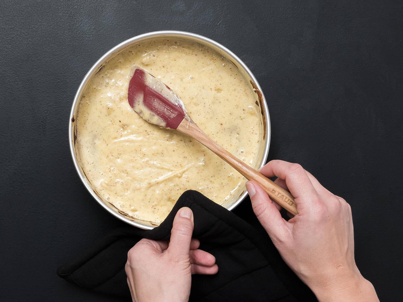 Etwas Teig in eine Backform mit Backpapier geben und eine dünne Schicht bis zum Rand hin verteilen. Bei 250°C für ca. 3 Min. goldbraun backen. Aus dem Ofen nehmen, eine weitere Schicht verteilen, glattstreichen und nochmals backen. So weiter verfahren, bis der gesamte Teig verbraucht ist.