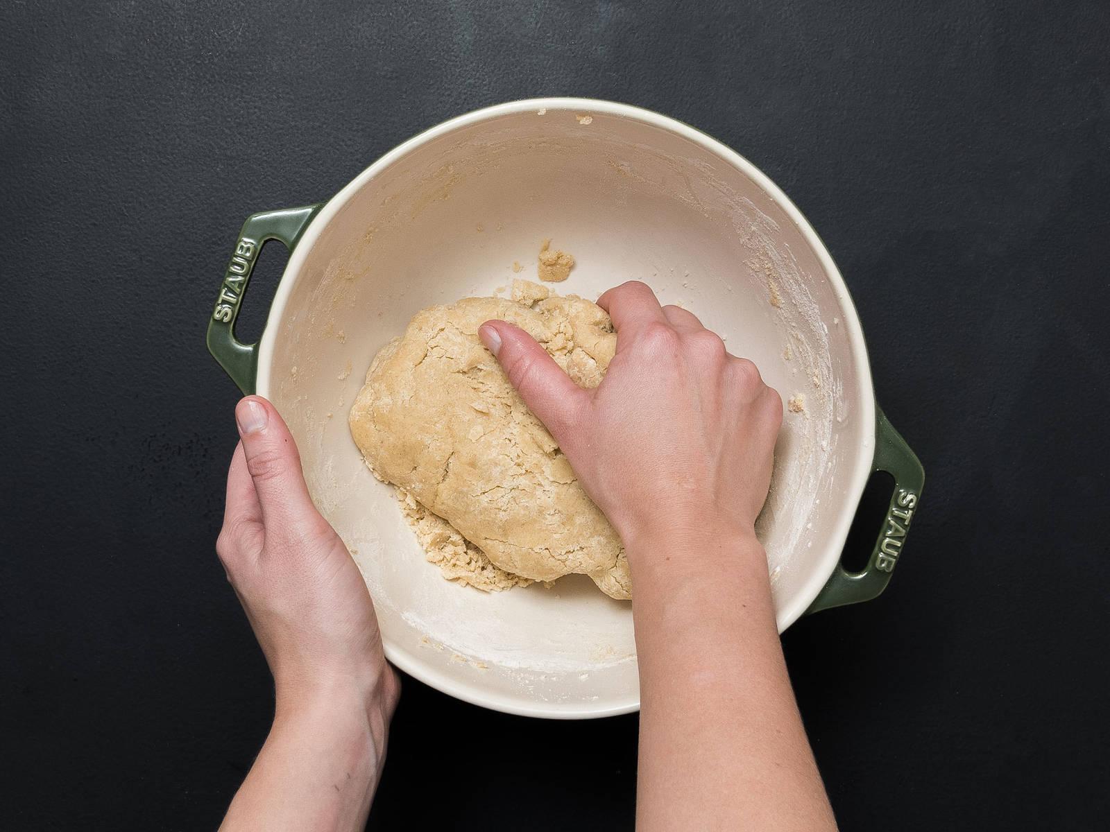 Butter, Zucker, das Mark einer Vanilleschote, Salz und Zimt in einer großen Schüssel schaumig schlagen. Anschließend Ei dazugeben und vermengen. Mehl dazugeben und mit den Händen zu einem glatten Teig kneten. Teig in Frischhaltefolie einpacken und für ca. 60 Min. im Kühlschrank ruhen lassen.