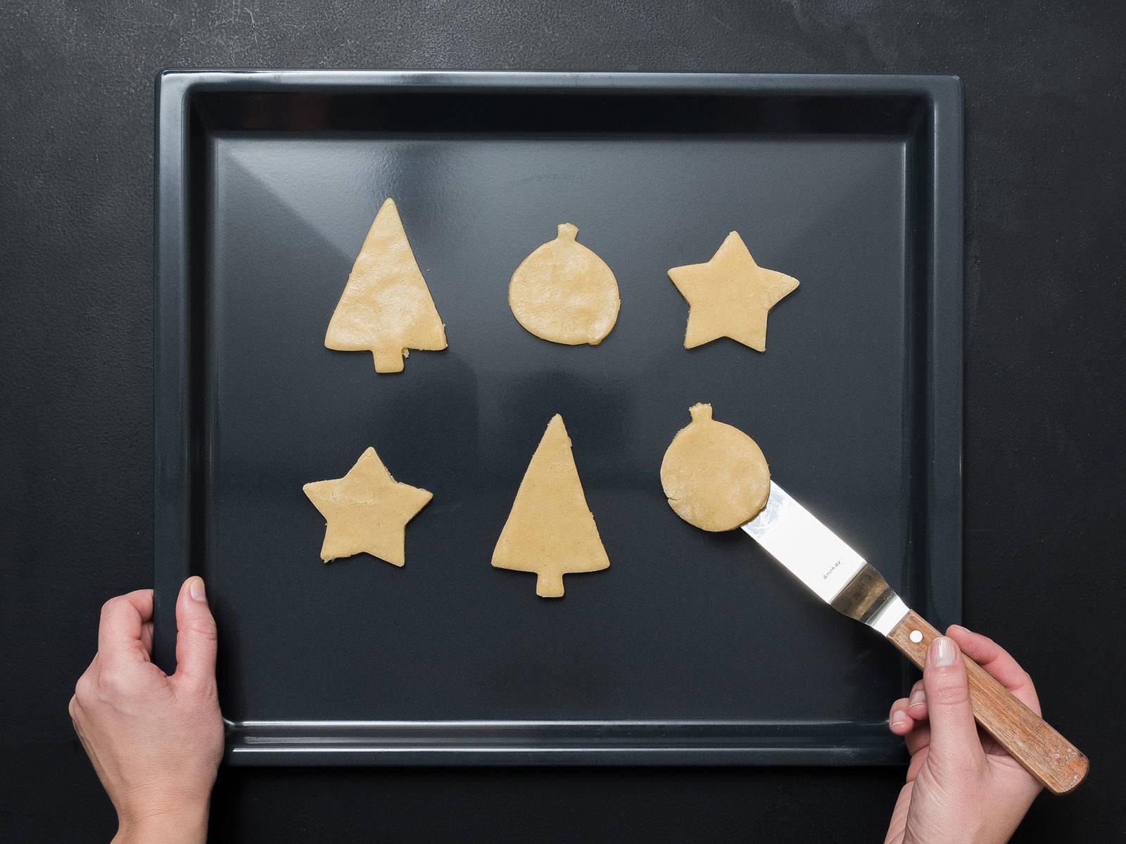 Backofen auf 200°C vorheizen. Arbeitsfläche mit Mehl bestäuben und den Teig ca. 5 mm dick ausrollen. Die Kekse in gewünschter Form ausstechen und auf ein mit Backpapier ausgelegtes Backblech legen und für ca. 10 Min. backen, bis die Ränder goldbraun sind. Aus dem Backofen nehmen und auskühlen lassen.