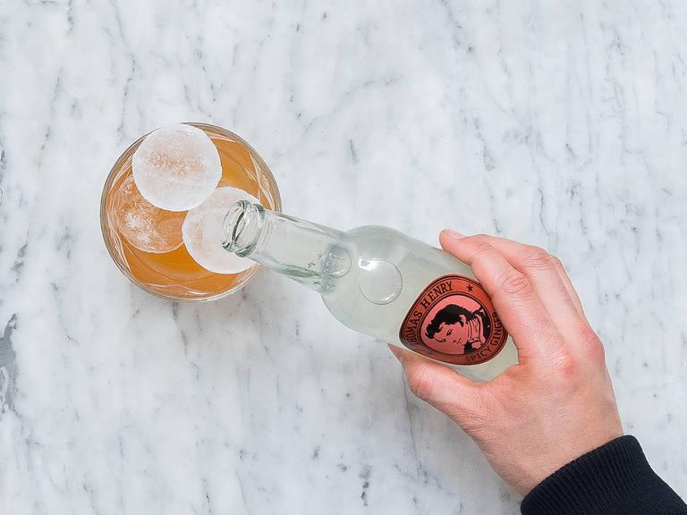 Eiswürfel ins Cocktailglas geben und mit Ginger Beer auffüllen. Den Drink mit einer halben Stange Zitronengras und einer Zimtstange garnieren. Prost!