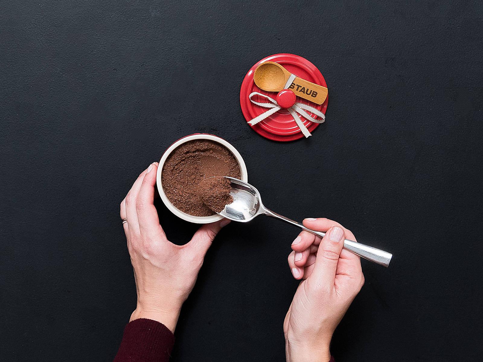 将香料巧克力粉放到密封容器中,每3汤匙巧克力粉对应倒入一杯(230毫升)牛奶中。祝好胃口!