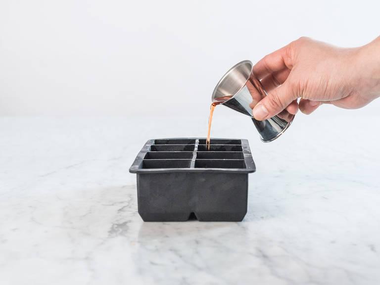 Orangenschale reiben und auf die Eiswürfelform verteilen. Zuckersirup und Aperol dazugeben und für mindestens 6 Std. einfrieren.