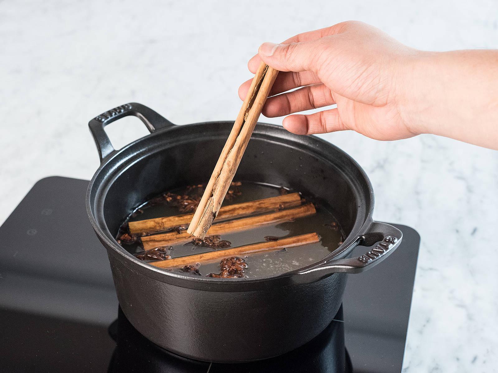 Apfelsaft, Gewürznelken, Staranise, Zimtstangen und Wodka in einen Topf geben, verrühren und über mittlerer Hitze erwärmen.