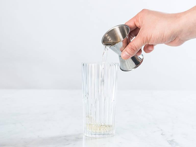 Wermut in ein Glas gießen und mit Eis auffüllen.