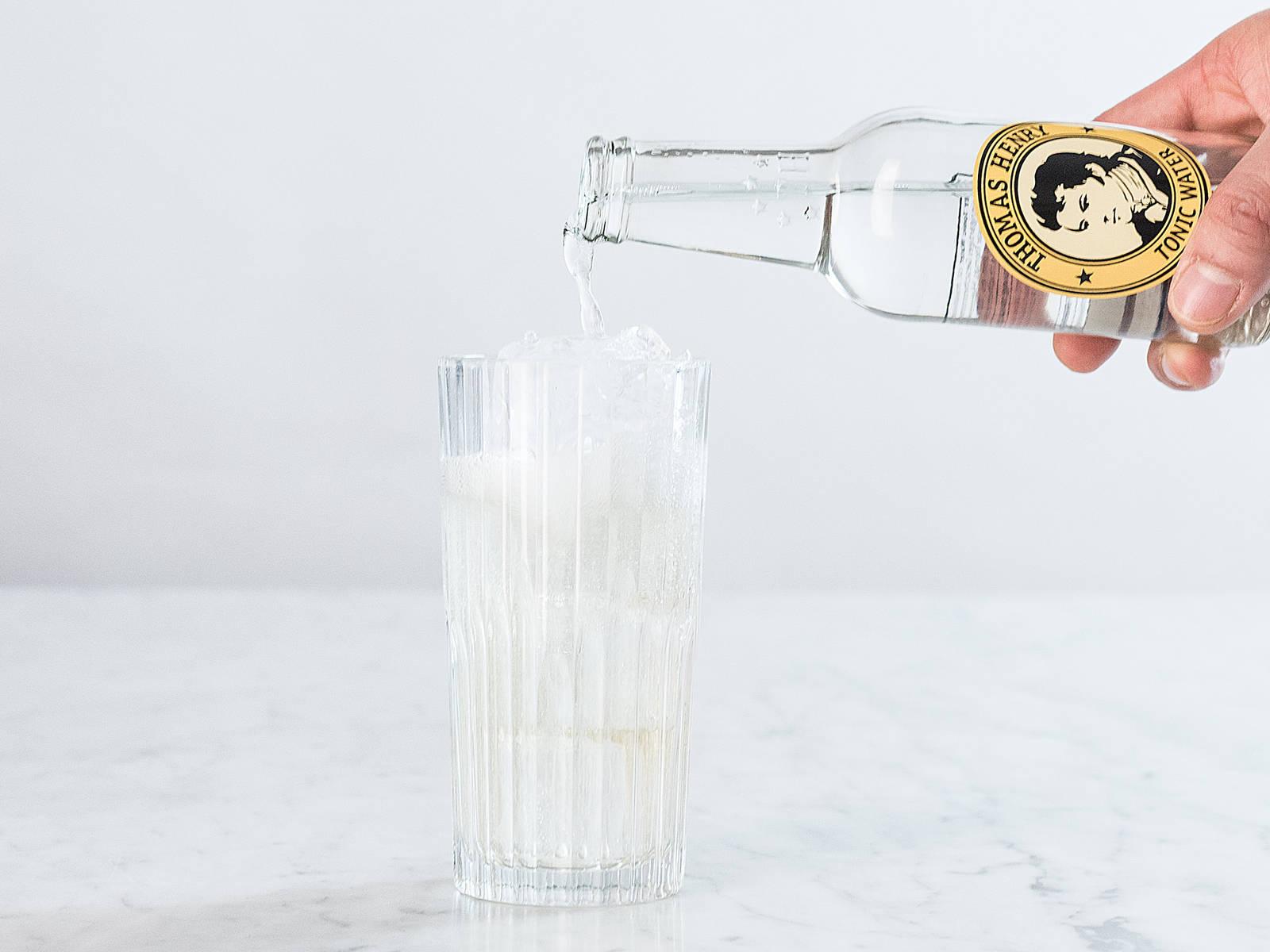 Tonic Water zugeben.