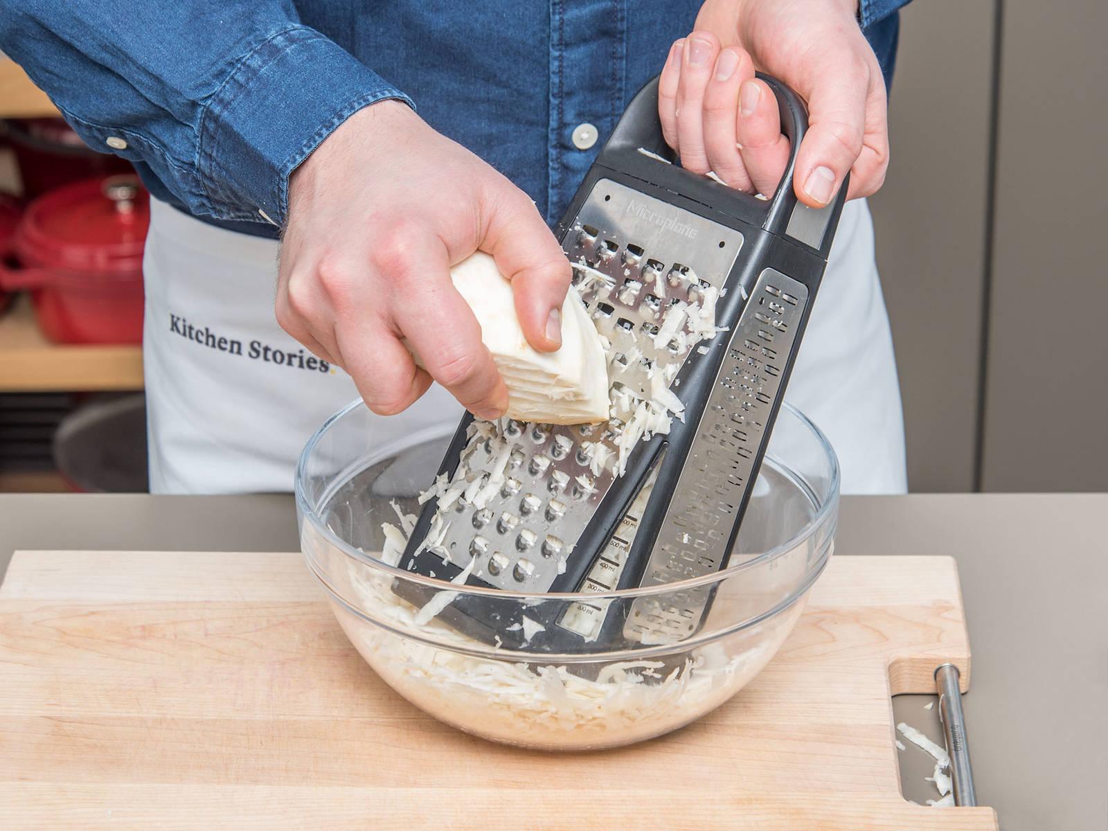 将烤箱预热至180℃。将芹菜根切片后擦丝,和梨一起倒入碗中。培根切丁。