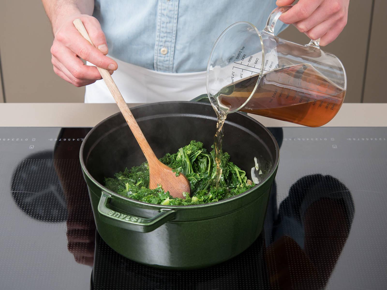 倒入剁好的羽衣甘蓝、部分蔬菜高汤和白葡萄酒。放入芥末。撒盐、胡椒和肉豆蔻调味,盖上盖子,小火煮30分钟。不时搅拌。