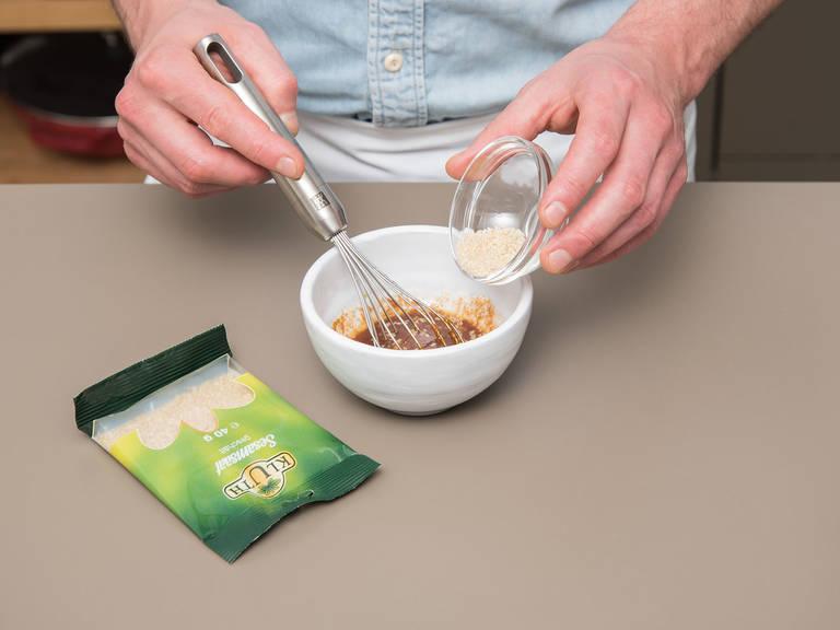 Backofen auf 100°C vorheizen. Für die Sesam-Marinade die Hälfte des Olivenöls, Sojasauce, Tomatenmark, Sesamkörner und Zitronensaft in eine kleine Schüssel geben und vermengen.