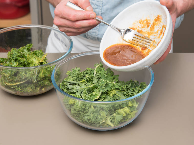 Grünkohlblätter vom Stiel trennen und in mundgerechte Stücke zupfen. Grünkohl waschen und gut trocknen. Blätter auf zwei Schüsseln aufteilen und in jeweils eine Schüssel eine der Marinaden geben. Gründlich vermengen, bis die Blätter mit der Marinade benetzt sind.