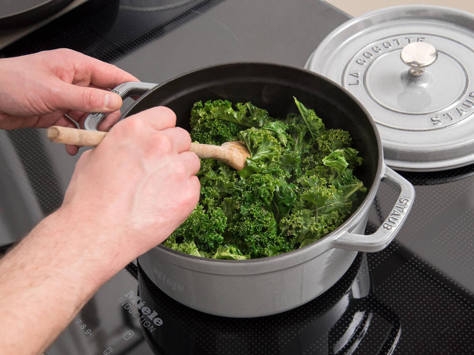 羽衣甘蓝摘叶。中高火在锅中热一些橄榄油。放入羽衣甘蓝,用盐和胡椒调味,炒约8 - 10分钟。