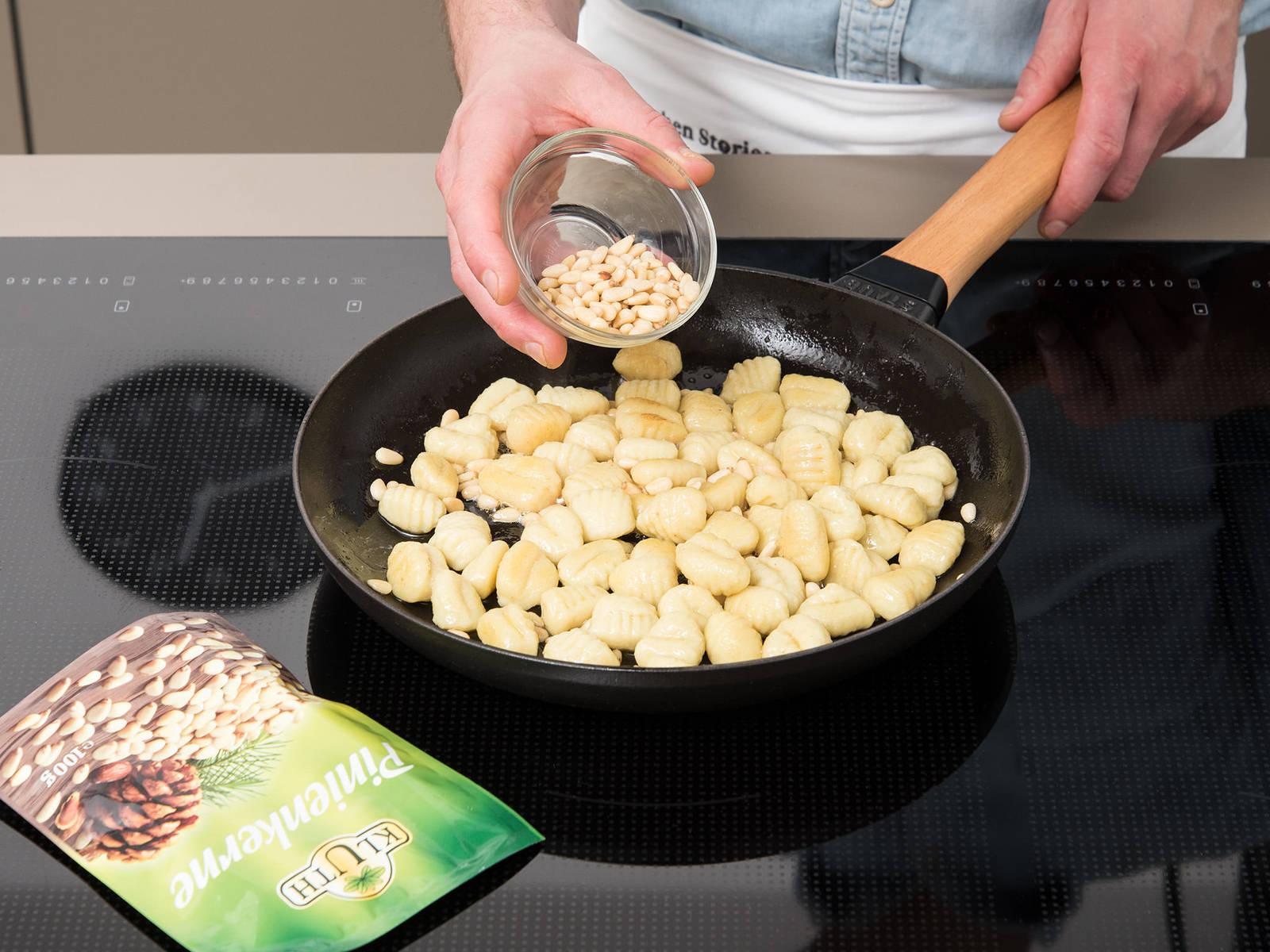 平底锅中融化黄油,放入意式面疙瘩和剩余的松子。炒约2分钟,加水稀释。持续翻炒,直至水完全蒸发。倒入羽衣甘蓝酱和切好的牛油果,翻炒均匀。