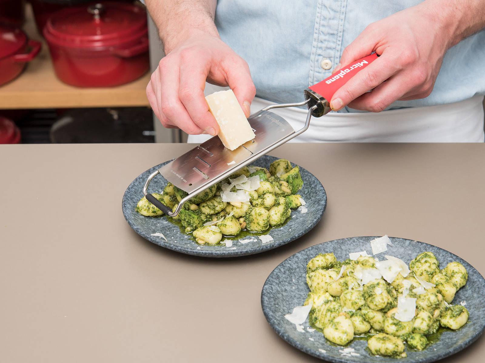 帕马森芝士擦屑。撒上盐和胡椒调味。尽情享用吧!