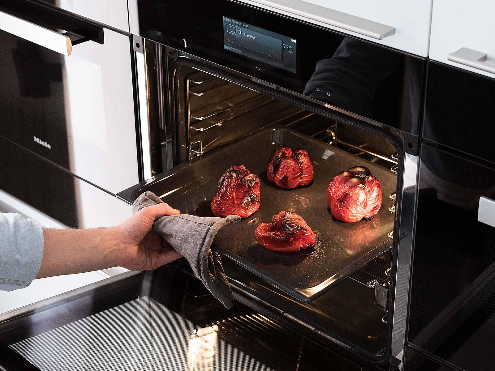 Backofen auf 230°C vorheizen. Rote Paprikaschoten auf ein Backblech setzen und für ca. 30 Min. in den vorgeheizten Backofen geben, bzw. bis die Paprikaschoten weich werden und Blasen werfen. Aus dem Backofen nehmen und einige Minuten abkühlen lassen.