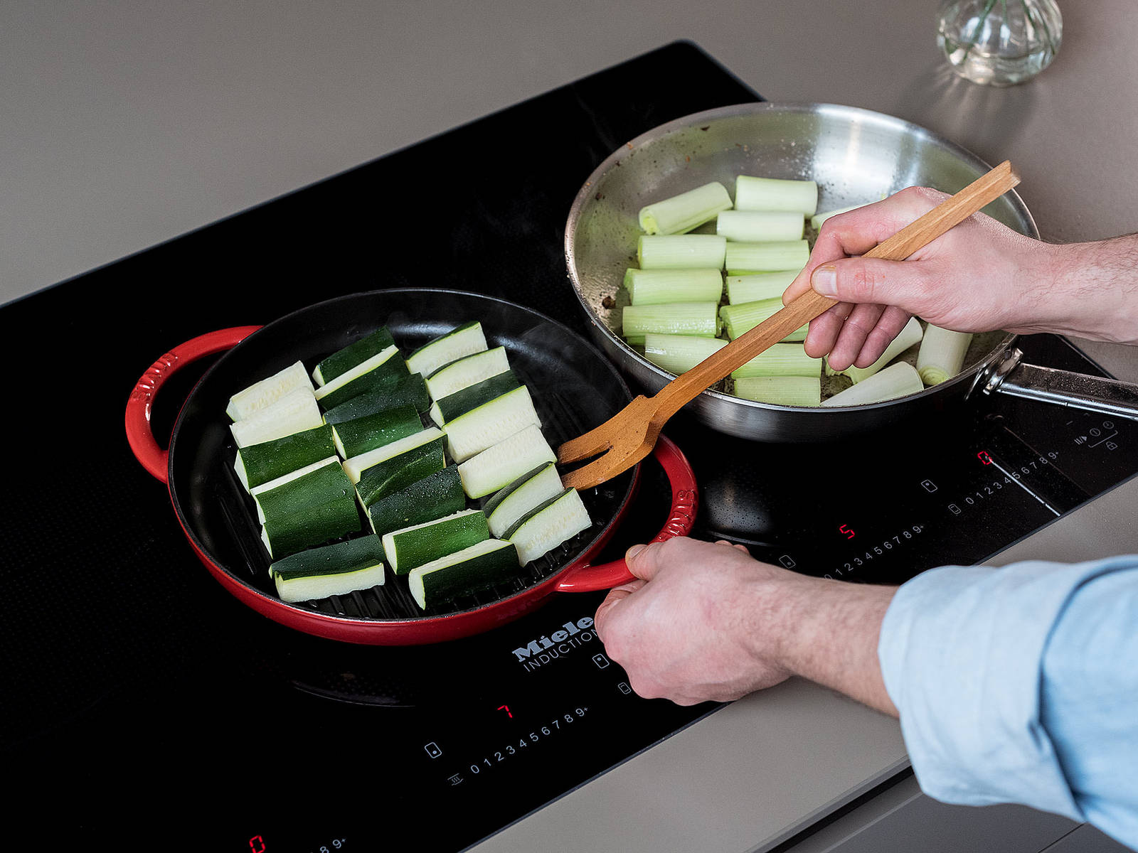 Cut leek into 5-cm/2-in. pieces and halve lenghtwise. In a frying pan, sauté for approx. 10 min., cut-side down, until they caramelize and char slightly, then flip and sauté for a few minutes on the other side, until softened. Set aside.
