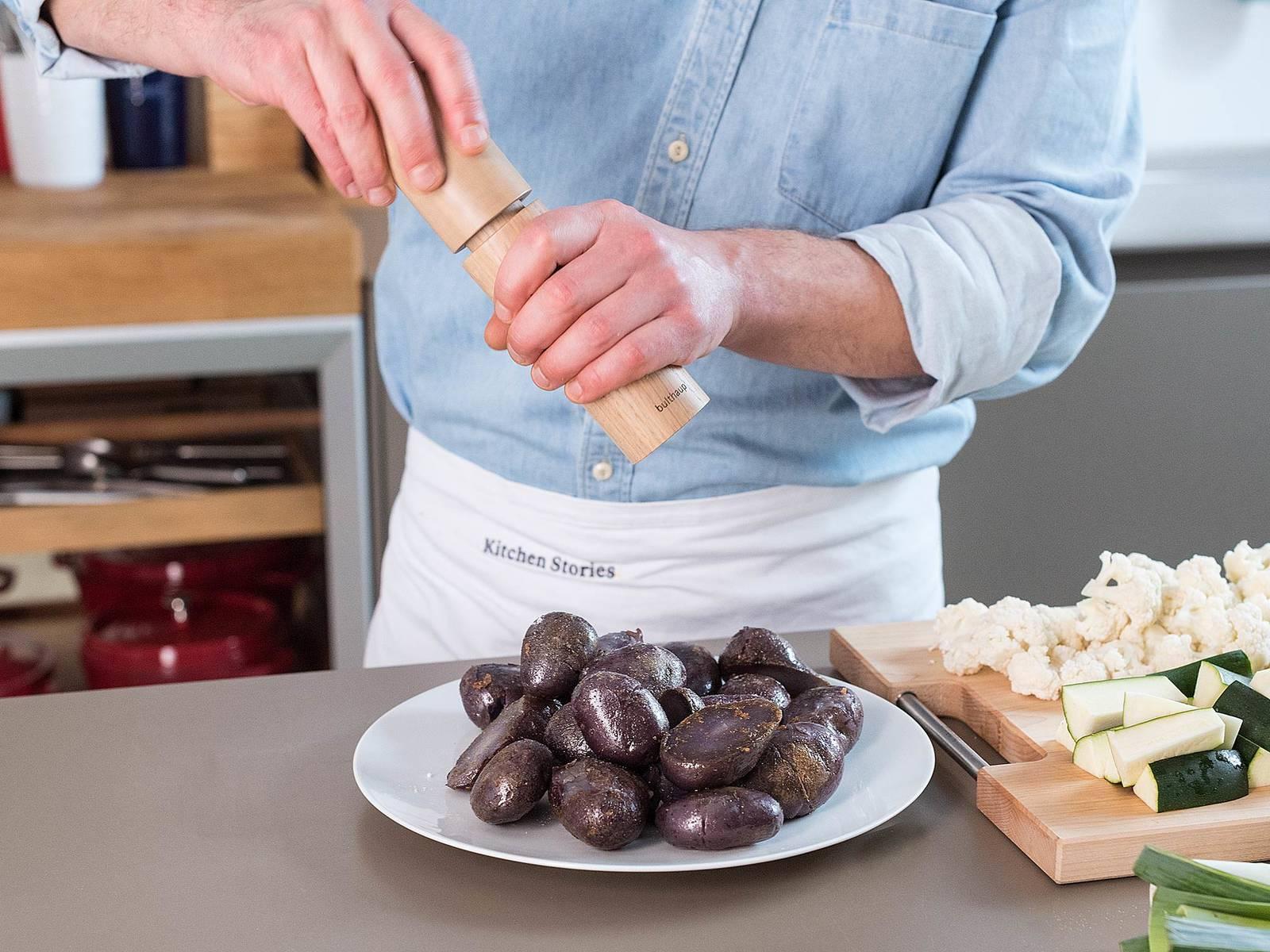 Kartoffeln aus der Pfanne nehmen und mit Salz, Pfeffer und geräuchertem Paprikapulver abschmecken.