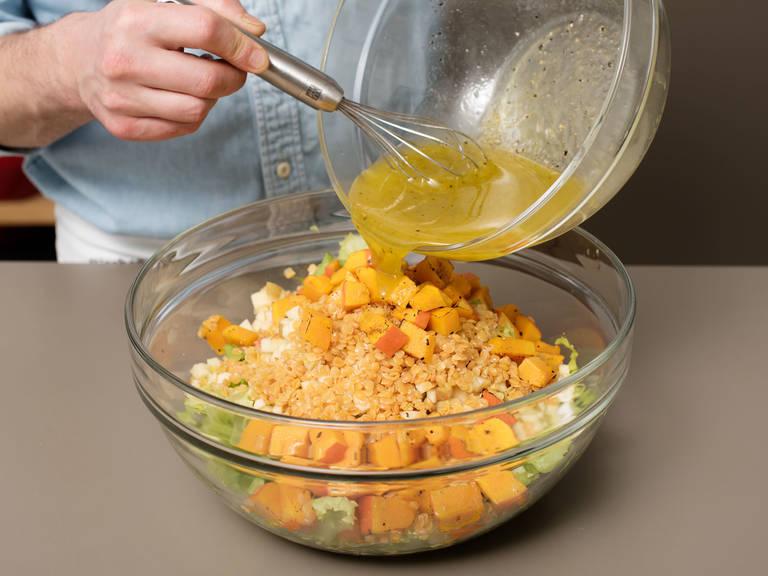 Gerösteten Kürbis in die Salatschüssel geben. Für das Dressing Zitronensaft, Olivenöl, Traubenkernöl, Honig, Salz und Pfeffer in einer kleinen Schüssel mixen. Über den Salat geben und gut vermengen. Salat auf Tellern mit karamellisiertem Ziegenkäse servieren und mit Sesam bestreuen. Guten Appetit!
