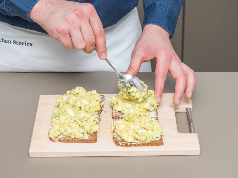Alles gut miteinander vermischen. Vollkornbrot schneiden, mit Butter bestreichen und Eiersalat daraufgeben. Mit Koriander bestreuen. Guten Appetit!