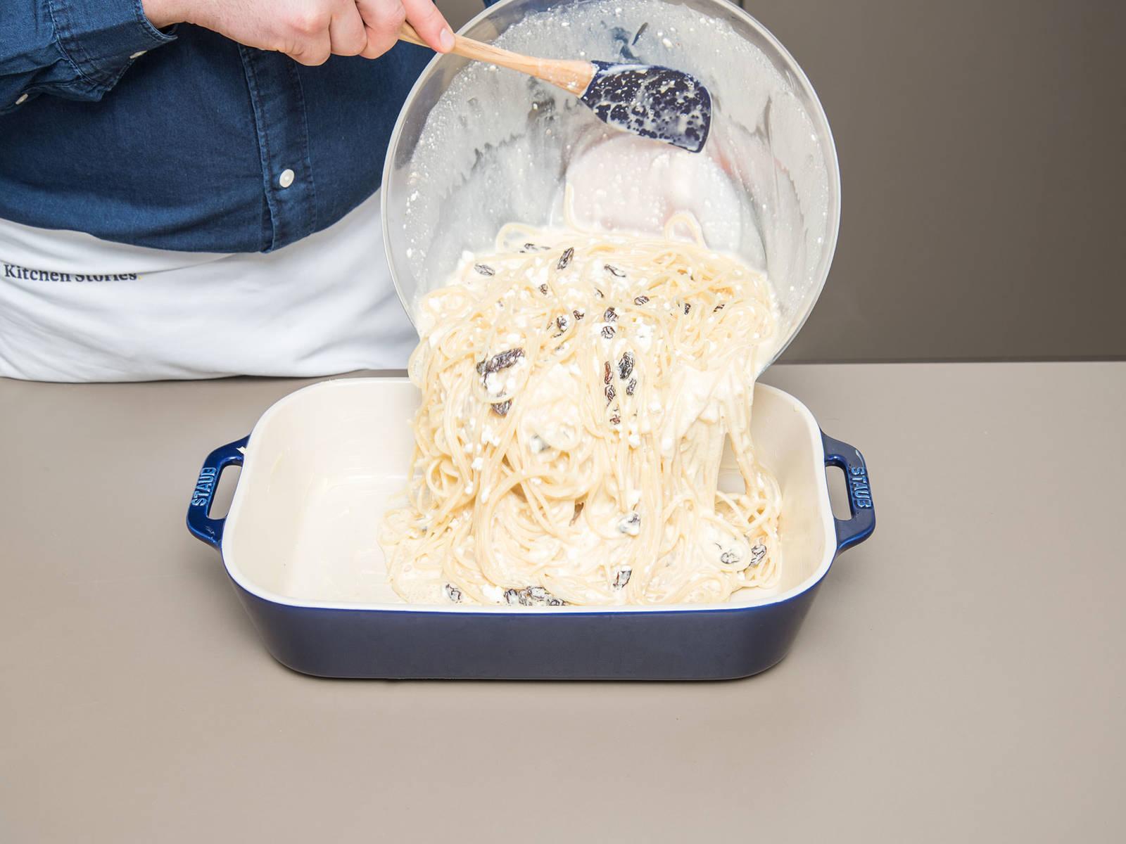 用黄油润滑烤盘,倒入意面混合物。以180℃烤50分钟或直至意面顶部变成金棕色且酱汁凝固。趁热享用吧!