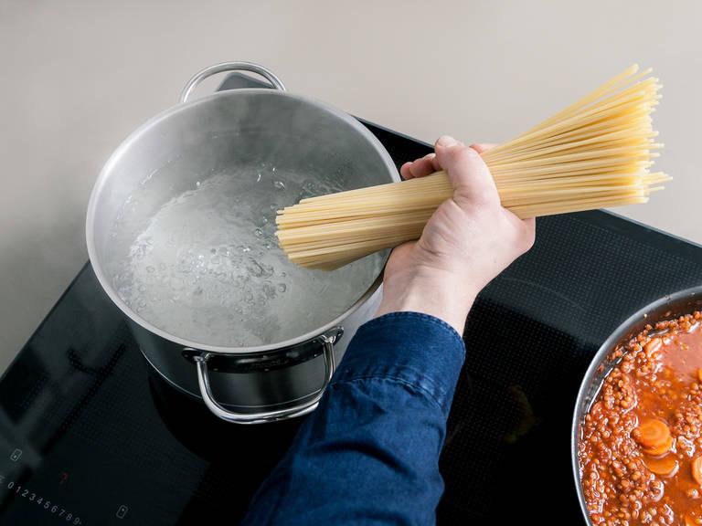 Ca. 10 Min. vor Ende der Kochzeit einen Topf mit Wasser zum Kochen bringen und Spaghetti darin kochen.