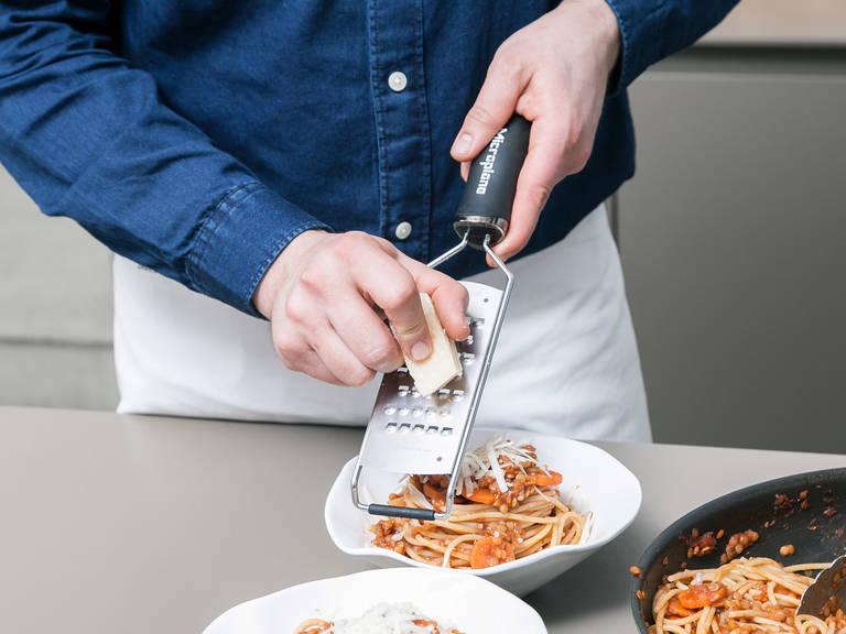 Währenddessen die Linsen-Bolognese mit Zucker, Salz und Pfeffer würzen. Spaghetti abgießen sobald sie al dente sind. Zur Linsen-Bolognese in die Pfanne geben und vermengen. Mit frisch geriebenem Parmesan servieren und mit Basilikum garnieren. Guten Appetit!