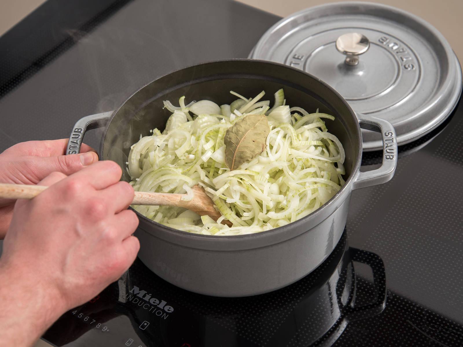 Butterschmalz in einem großen Topf erhitzen. Thymian, Zwiebeln, Knoblauch und das Lorbeerblatt dazugeben. Auf hoher Hitze ca. 5 - 10 Min. dünsten, oder bis die Zwiebeln glasig sind. Hitze reduzieren und ca. 10 Min. weiter dünsten.