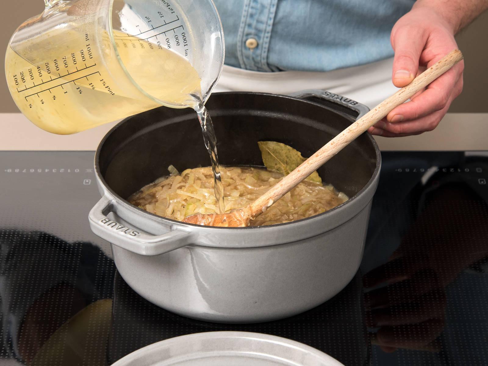 Braunen Zucker, Salz und Pfeffer in den Topf geben. Mit Gemüsebrühe und Weißwein aufgießen und auf mittlerer Hitze ca. 30 Min. köcheln lassen.