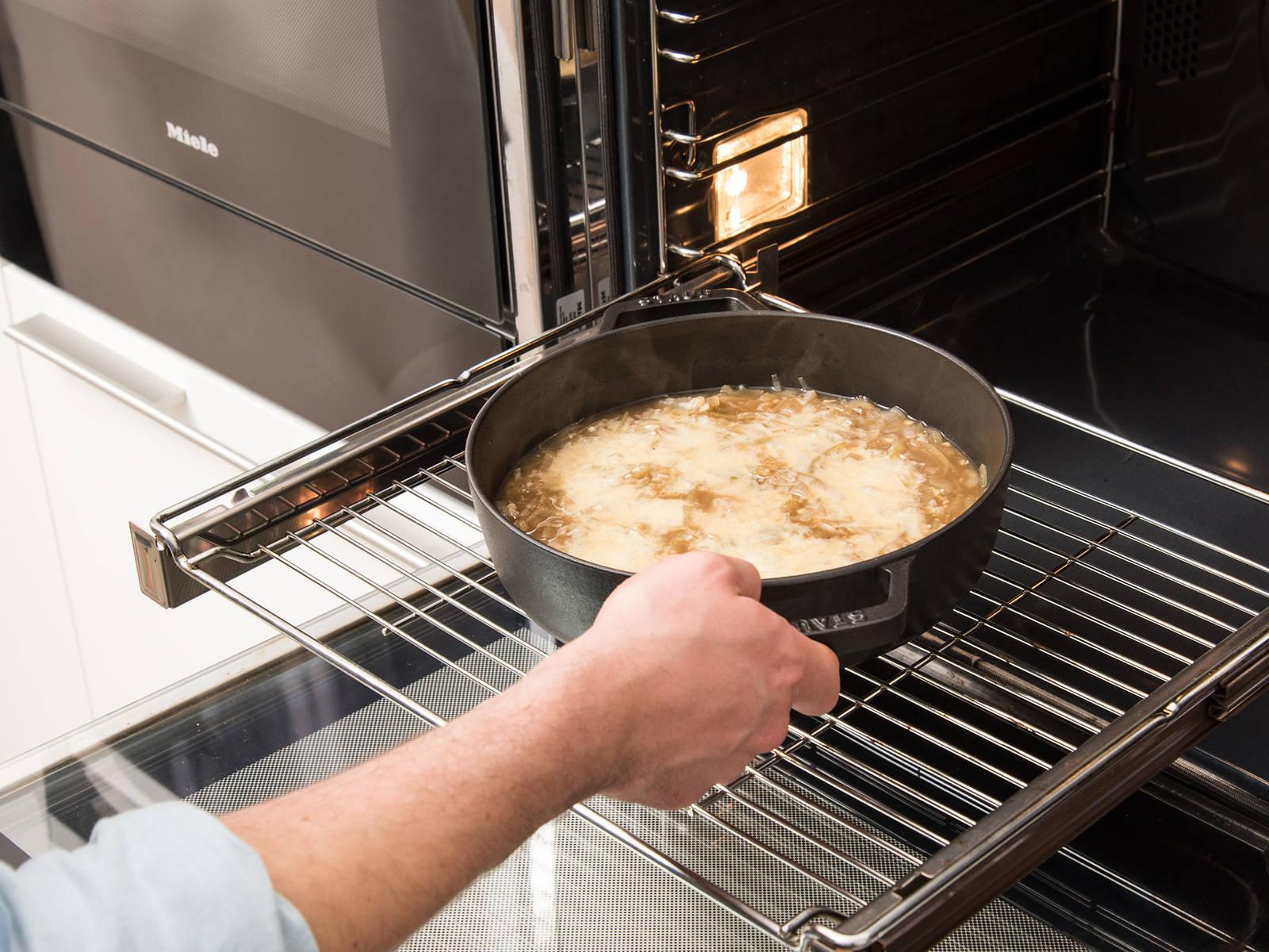 Backofen auf 200°C vorheizen. Die Suppe in einen großen ofenfesten Topf, vorzugsweise aus Gusseisen, füllen. Mit geriebenem Greyerzer bestreuen und ca. 10 Min. überbacken, oder bis der Käse geschmolzen ist.