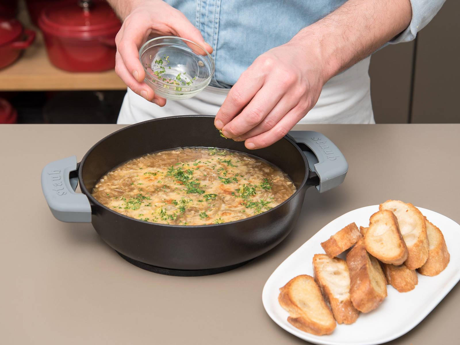 Die Suppe aus dem Backofen nehmen und mit Petersilien-Zitronen-Mischung bestreuen. Mit geröstetem Baguette servieren. Guten Appetit!