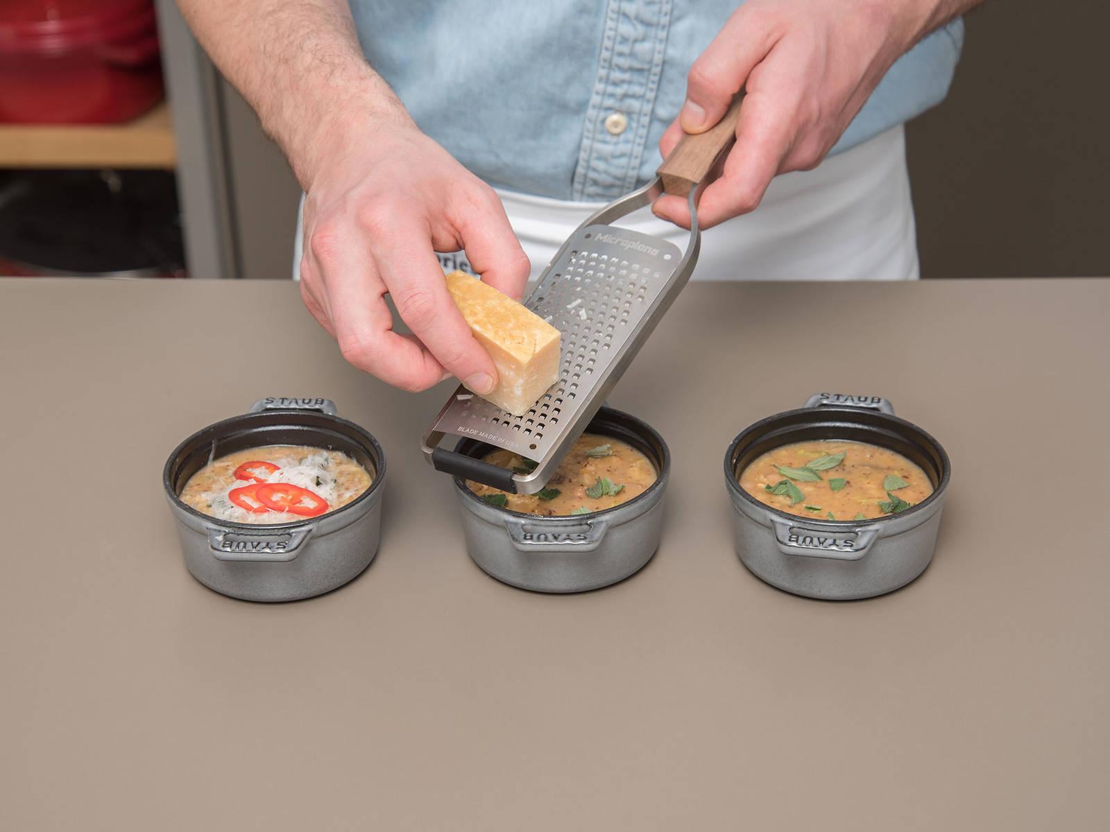 Suppe in Aufflaufformen füllen. Chili in feine Ringe schneiden und Salbeiblätter zerkleinern. Chili und Salbeiblätter über der Suppe verteilen. Parmesan über die Suppe reiben und mit etwas Öl beträufeln. Bei 210°C ca. 15 Min. überbacken. Die Suppe aus dem Backofen nehmen und nochmals mit etwas Öl beträufeln. Mit Ciabatta servieren und genießen!