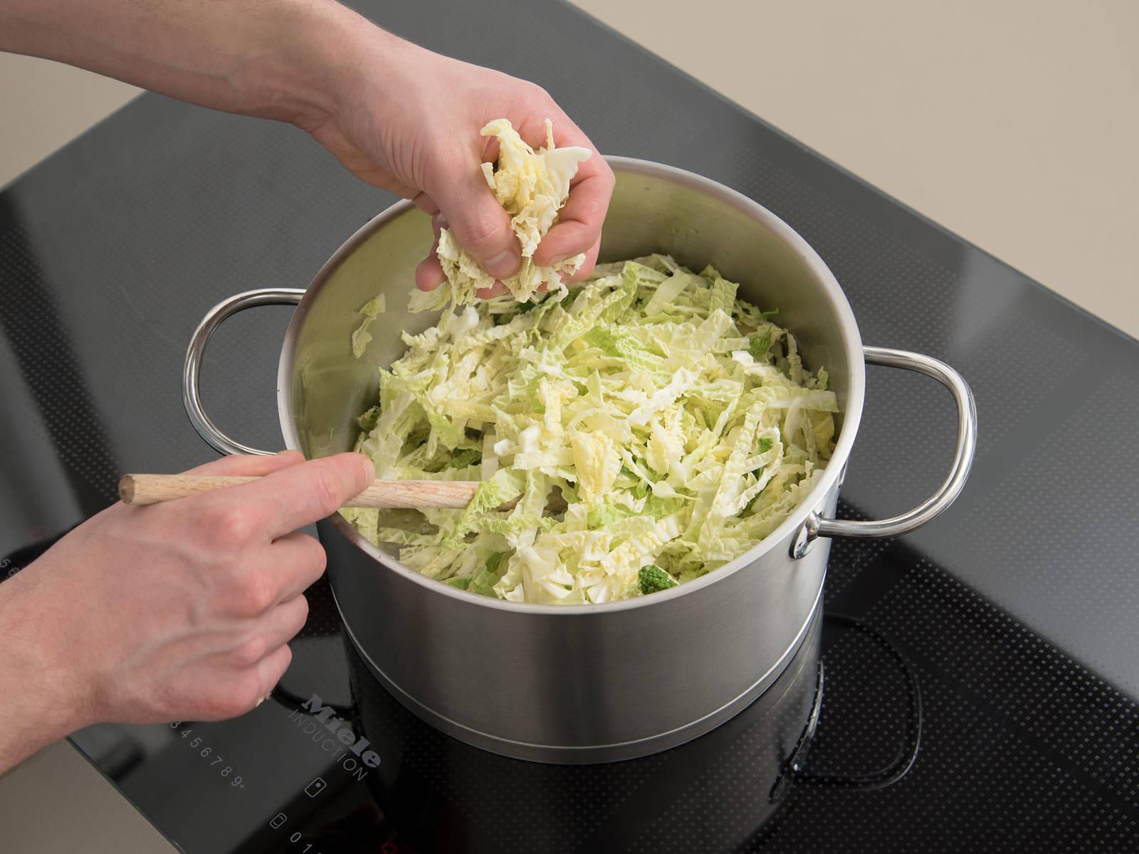 在大锅中,加热些许油,炒香蒜。倒入甘蓝,撒盐与胡椒调味,炒10分钟。