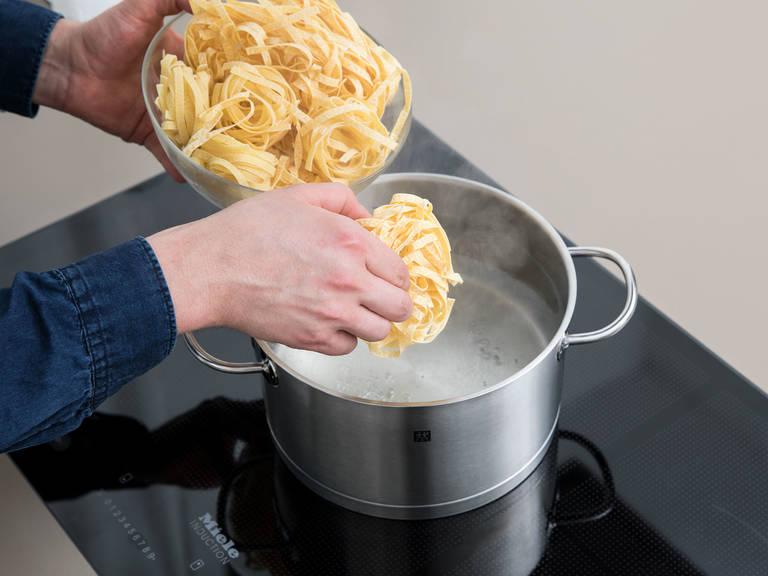 Wasser in einem Topf zum Kochen bringen und großzügig salzen. Tagliatelle nach Packungsanleitung al dente kochen und abgießen.