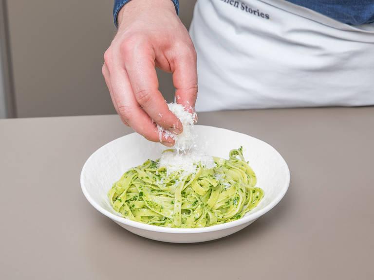Die gekochten Tagliatelle mit Bärlauchpesto vermengen. Mit frisch geriebenem Parmesankäse und Bärlauchblättern servieren. Guten Appetit!